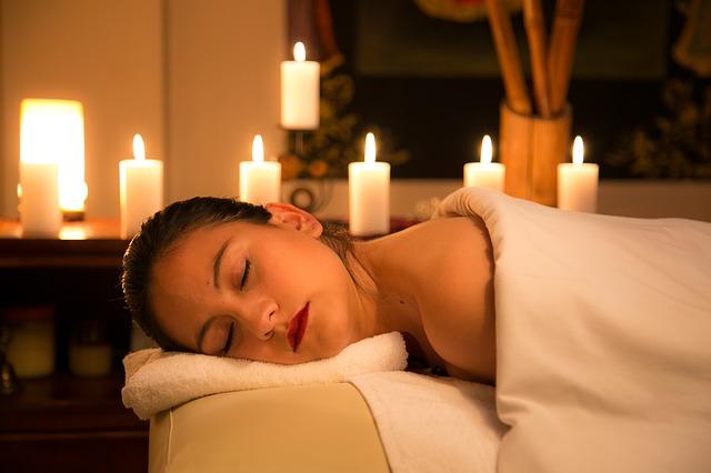 Žena leží v posteli, sviečky, relax, interiér.jpg