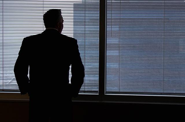 muž pozerajúci sa von z okna.jpg