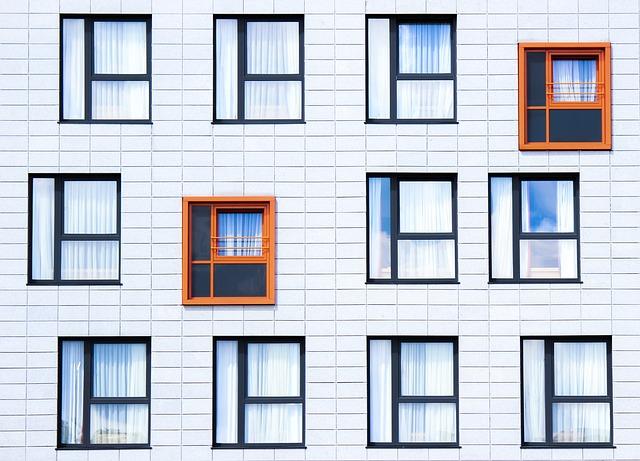 dve oranžové okná medzi čiernymi.jpg