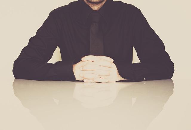 muž v čiernej košeli.jpg