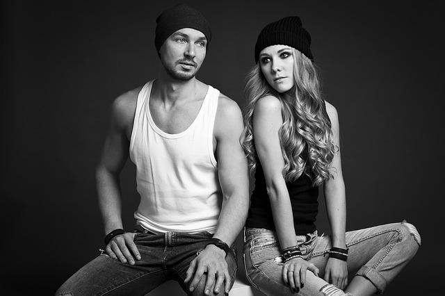 Muž v bielom telu a žena v čiernej čiapke sedia vedľa seba.jpg
