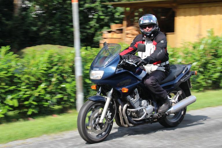 Muž na motorke, moto-prilba