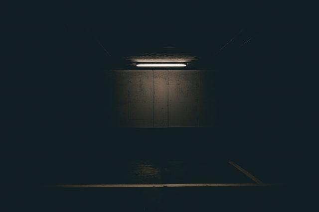 LED trubica pripevnená a zapálená na strope v tmavej miestnosti