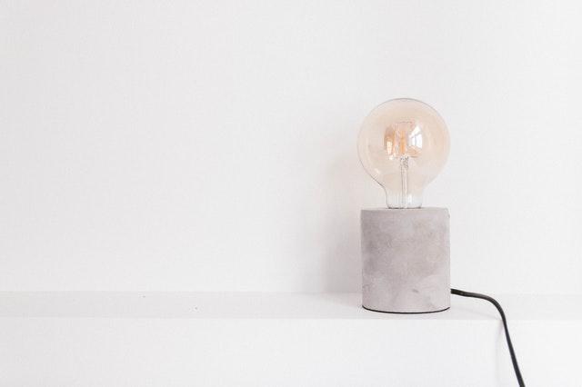 Lampa na stole s klasickou guľatou žiarovkou